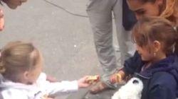 Une petite Allemande accueille une petite Syrienne de manière