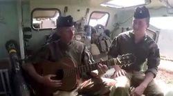 Ces deux soldats français chantent leur spleen au