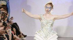 Madeline Stuart rayonnante sur les podiums lors de la Fashion