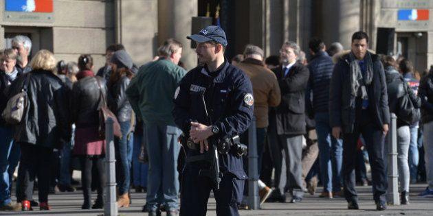 État d'urgence : les policiers pourront bientôt porter leur arme en dehors de leur