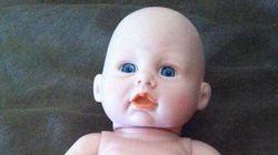 Une poupée Toys 'R' Us avec un pénis fait