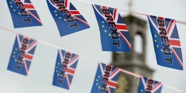 EN DIRECT. Trois jours après le Brexit, le Royaume-Uni s'enfonce dans la tempête et l'UE