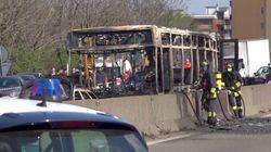 イタリアで運転手がスクールバスをジャックし全焼。警察が生徒たちを全員救出【動画】