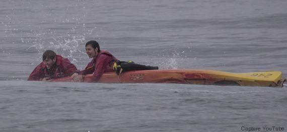 VIDÉO. Une baleine à bosse retourne le kayak de deux touristes en
