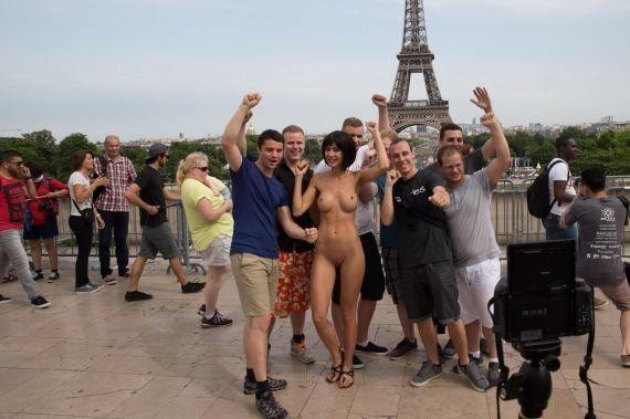 PHOTOS. L'artiste Milo Moiré arrêtée pour des selfies entièrement nus place du Trocadéro à