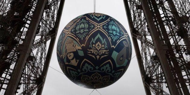 PHOTOS. Shepard Fairey dévoile une sphère géante suspendue à la Tour Eiffel pour la