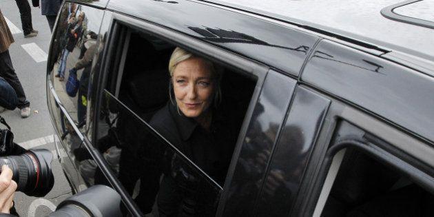 La voiture de Marine Le Pen caillassée près de