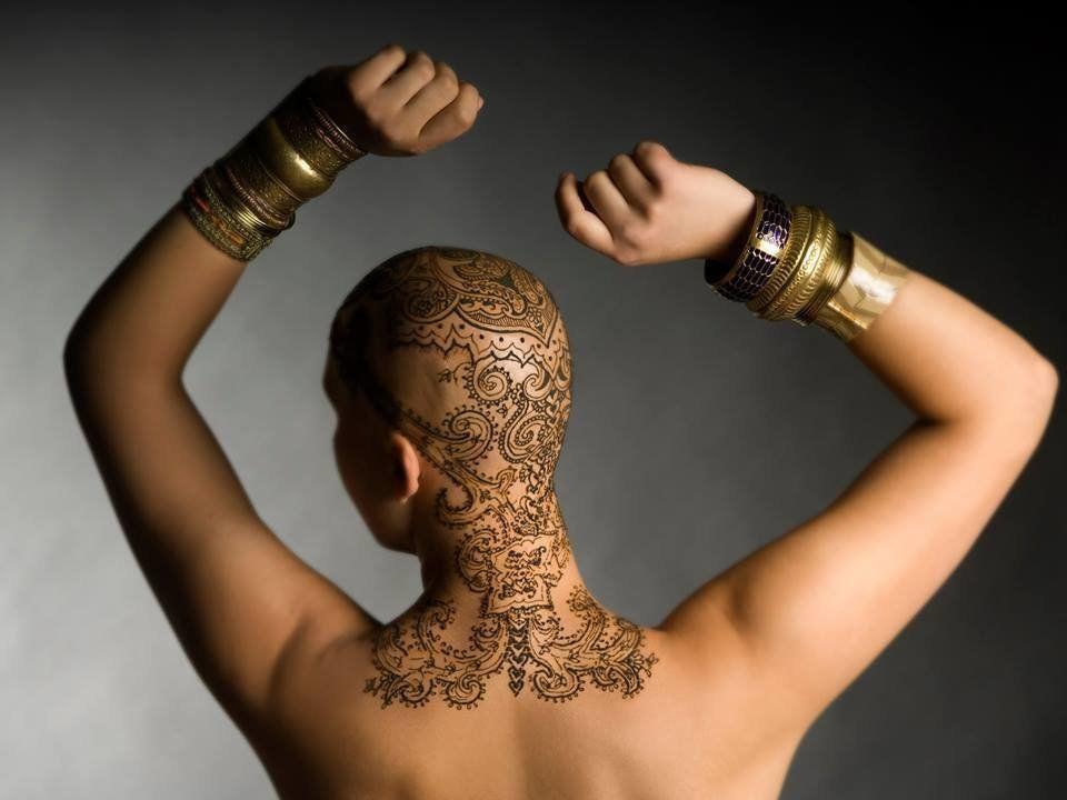 PHOTOS. Perte de cheveux après une chimiothérapie: Des artistes réalisent des tatouages au henné pour...