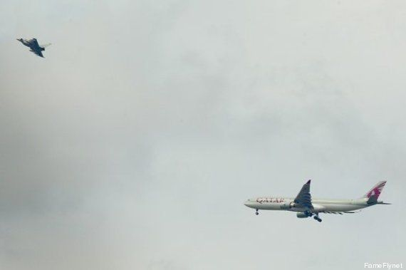 VIDÉOS. Un avion de ligne de Qatar Airways escorté par un chasseur de l'armée jusqu'à Manchester en