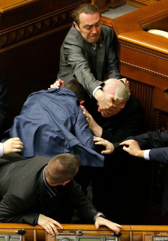PHOTO. Ukraine: une bagarre au Parlement immortalisée à la manière d'un tableau de la
