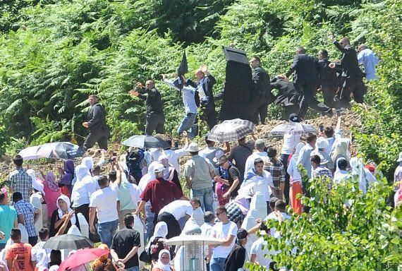 VIDÉO. Massacre de Srebrenica: cible de jets de pierre, le premier ministre serbe forcé de fuir les