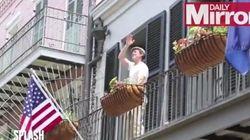 Brad Pitt est très chaleureux avec son nouveau voisin de balcon, Matthew