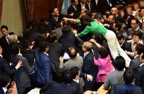 VIDÉO. Impressionnante bagarre générale au Sénat