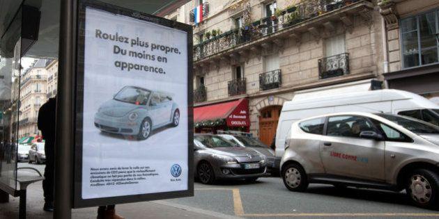 PHOTOS. 600 panneaux publicitaires piratés dans Paris pour dénoncer