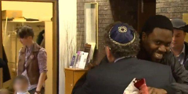 Des juifs accueillent des musulmans dans leur synagogue après l'incendie de leur