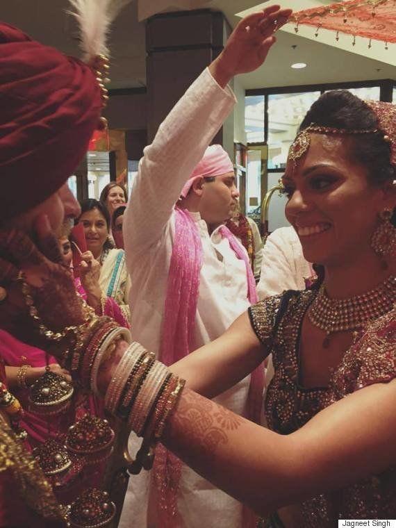 Ce Québécois surprend son épouse en chantant en hindi à leur