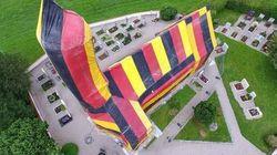 Cette église en travaux a revêtu les couleurs allemandes pour soutenir la