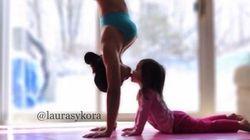 Mère et fille font du yoga tous les jours