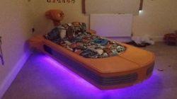 Un père crée un lit en forme de Landspeeder pour son