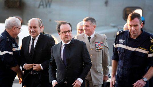 Hollande à bord du Charles-de-Gaulle au large de la