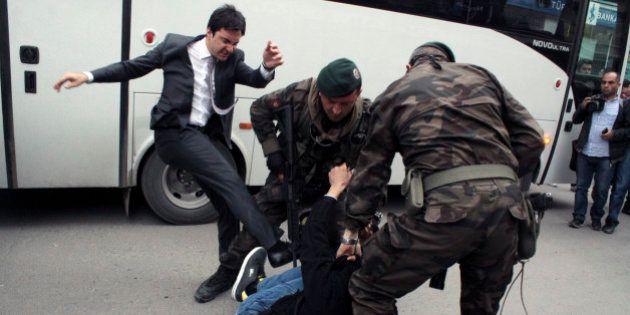 Turquie: le conseiller d'Erdogan qui a frappé un manifestant a été