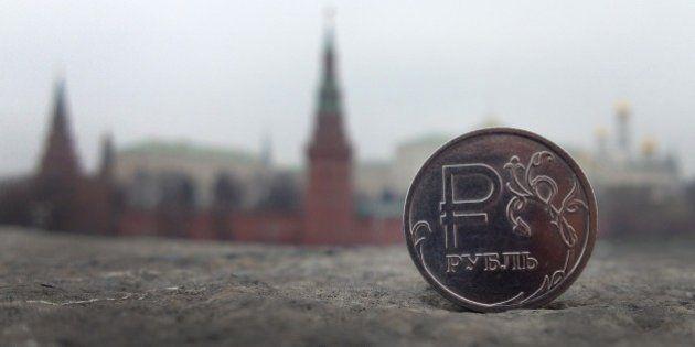 Semaine noire pour le rouble en Russie qui perd plus de 10%, Kiev dénonce l'entrée de chars russes dans...