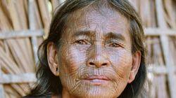 Les visages tatoués des femmes du villages de