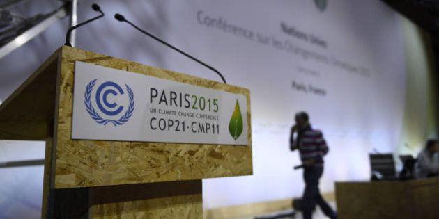 Les négociateurs de 195 pays venus pour la COP21 remettent une ébauche d'accord sur le