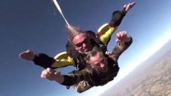 Il saute en parachute pour répondre à ceux qui l'accusent de