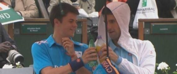 VIDÉO. Roland-Garros : Djokovic invite un ramasseur de balles à trinquer sous son