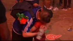 Un petit supporter portugais console un Français en