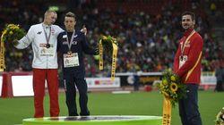 Kowal pose sur la 2e marche du podium après la disqualification de