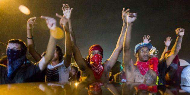 Ferguson: 200 manifestants refusent de se disperser malgré le couvre-feu, des gaz lacrymogènes