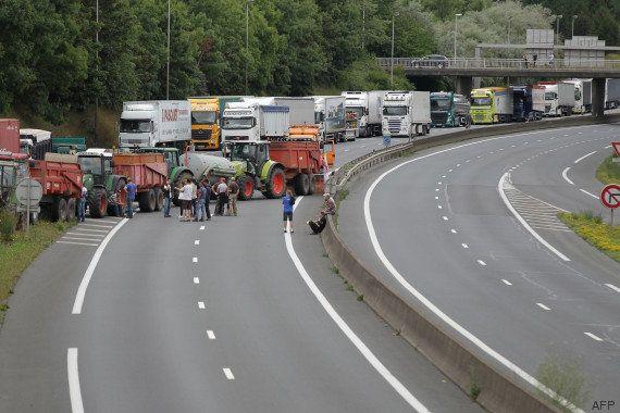 PHOTOS. Prix de la viande: des éleveurs en colère bloquent les accès au périphérique de Caen, exigent...