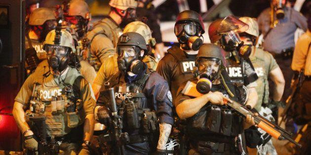 Ferguson, États-Unis: la police surarmée face aux manifestants de Ferguson fait
