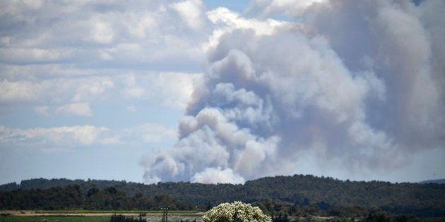 Un violent incendie dans les Pyrénées-Orientales entraîne la mort d'un pompier et l'évacuation de 3000