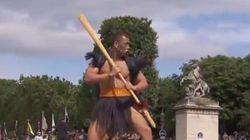 Armés de leur Taiaha, les guerriers Maoris font forte