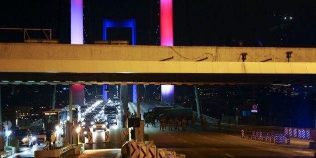 Turquie: chars et explosions à Ankara, tirs sur le pont du Bosphore aux couleurs de la
