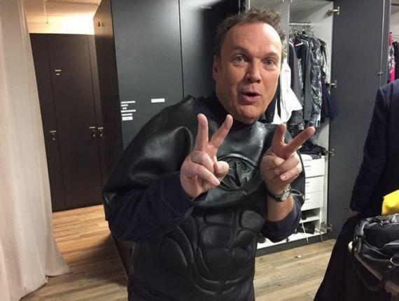 VIDÉO. Julien Lepers est le sosie de Michael Keaton, et c'est encore plus troublant quand il se déguise...