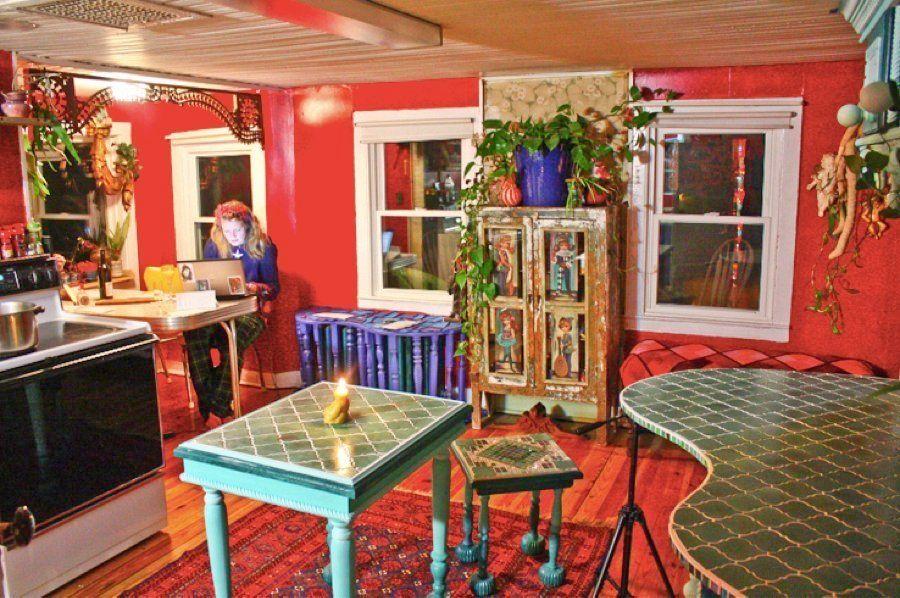 PHOTOS. Maison insolite : une artiste transforme une vieille ferme en maison aux couleurs de