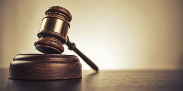 Accusés de meurtre, deux hommes se rendent au tribunal en covoiturage avec la juge suppléante de leur