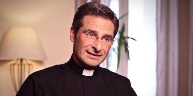 Un prêtre haut placé révèle qu'il est gay pour faire bouger l'Église, un coming out