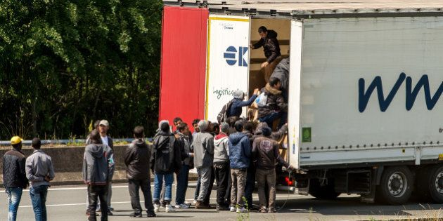 Migrants à Calais: qui fait quoi (et devrait faire plus) pour empêcher les drames