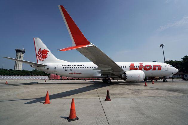 El piloto del Boeing que se estrelló en Indonesia miró desesperado el manual mientras el avión