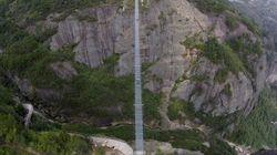 Un pont de verre suspendu se fissure en