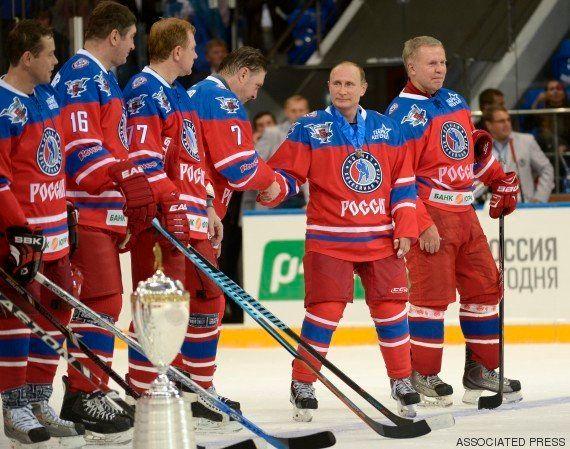 VIDÉO. Vladimir Poutine fête son anniversaire en jouant au hockey sur glace avec ses