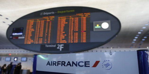 Grève à Air France: seulement 41% des vols assurés lundi, le gouvernement appelle au