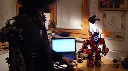 Il contrôle un robot avec son