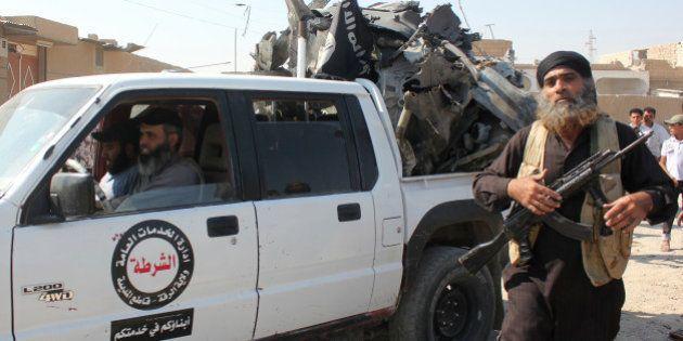 La vie sous l'Etat Islamique en Syrie: drapeaux noirs, parades armées et