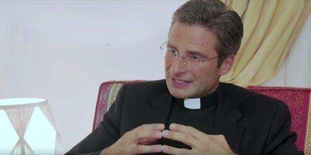 Après son coming out qui a rendu furieux le Vatican, le prêtre Krzysztof Charamsa se confie à la télé